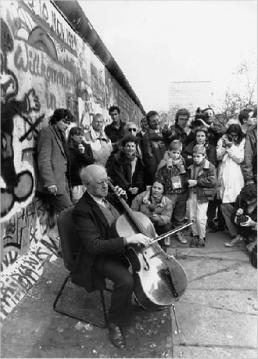 Rostropovich_at_the_Wall