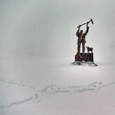 1 statua uomo che piccona ok
